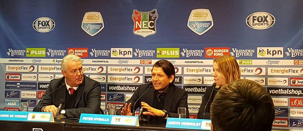Peter Hyballa in der Pressekonferenz nach einem Spiel von NEC Nijmegen in der 1. Niederländischen Fußballdivision