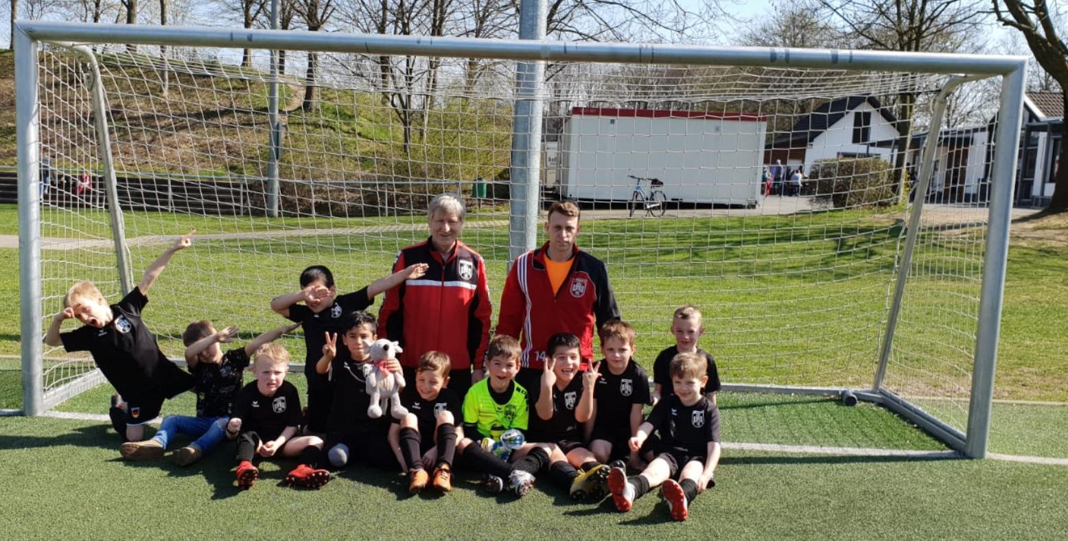 U7 Hennef 05 mit ihrem Trainer Lothar Jahn